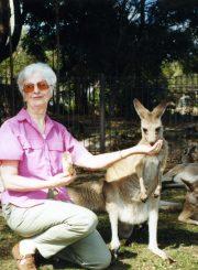 Nijolė Jankutė-Užubalienė viename iš Sydney apylinkių zoologijos sode. 1998 m. PAVB F130-146