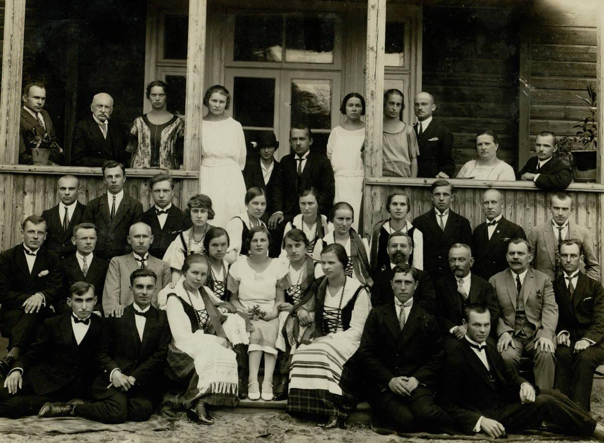 J. Balčikonis su Panevėžio mokytojų seminarijos mokytojais ir auklėtiniais 1925 m. J. Balčikonis antroje eilėje trečias iš kairės. PAVB F92-79