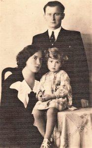 2. Šaulių rėmėjų choro vadovas Feliksas Svirskis su žmona Gertrūda ir dukra Rita. Nuotrauka iš V. Vyšniausko archyvo