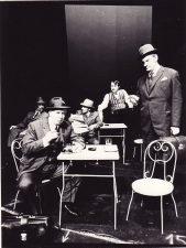 Scena iš spektaklio. Pirmame plane, kairėje Stepas Kosmauskas – Heberlinas, dešinėje Algimantas Masiulis – Richardas Eglis. Fotogr. K. Vitkaus. PAVB FKV-191/17-1