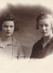 Liūnė Janušytė su seserimi Marija. [Kretinga. Apie 1927 m.]. PAVB F61-21