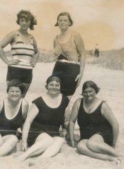 Palangoje. 1-oje eilėje centre: Sofija Janušienė. Stovi iš kairės: Liūnė Janušytė, Felicija Janušytė. [Apie 1927 m.]. PAVB F61-22
