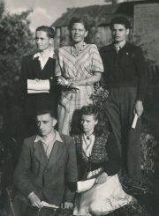 """Rašytoja Liūnė Janušytė (stovi centre) su Panevėžio jaunaisiais literatais """"Ateities"""" kolūkyje (Panevėžio r.). 1949 m. PAVB F61-30"""