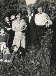 """Rašytoja Liūnė Janušytė (stovi centre) su Panevėžio jaunaisiais literatais """"Ateities"""" kolūkyje (Panevėžio r.). Savo kūrybą skaito Vytautas Blinkevičius. 1949 m. PAVB F61-30"""