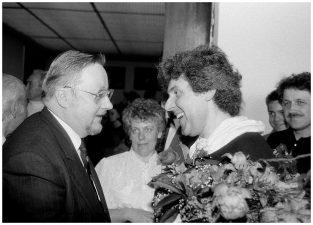 """Aukščiausiosios Tarybos – Atkuriamojo Seimo pirmininkas Vytautas Landsbergis sveikina Stasį su paroda """"Retrospektyva 1973–1993"""". Vilnius, 1993 m."""