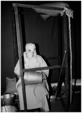 """Stasys spektaklyje """"Dirvonas. Improvizacija mirusiems namams"""". Panevėžys, 1996 m."""