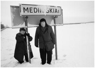 Su sese Genute prie gimtojo kaimo. 2013 m.