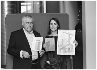 """Knygos """"Giedanti gaidžio galva"""" autorius su knygos dailininke Sigute Chlebinskaite. Panevėžys, 2016 m."""