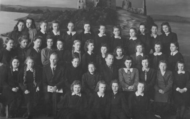 1. Panevėžio II mergaičių gimnazijos 6 klasė su mokytojais. 1946–1947 m. Mokytojai 2-oje eilėje iš kairės: 3-ias mokytojas Alfonsas Kubilius, 4-a Antanina Volodkaitė, 5-a Vanda Pazukaitė, 6-as gimnazijos direktorius Bronius Juška, 7-a Irena Moigytė, 8-a Kotryna Vilkaitė, 9-a Elena Gabulaitė. Nuotrauka iš V. Vyšniausko archyvo