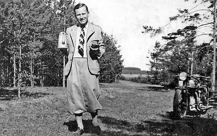 Lietuvių tautosakos archyvo direktorius Jonas Balys per atostogas Kupiškyje, Slavinčiškio girelės pievelėje. 1936 m.