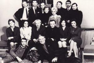 Aktoriai su režisieriumi Juozu Miltiniu. 1-oje eilėje – Algirdas Paulavičius ir Kazimieras Vitkus. 2-oje eilėje, iš kairės: 1-a Eugenija Šulgaitė, 3-as Juozas Miltinis, 5-a Dalia Melėnaitė, 6-a Henrika Hokušaitė. 3-oje eilėje, iš kairės: 1-as Algimantas Masiulis, 2-as Bronius Babkauskas, 4-a Ona Konkulevičiūtė, 5-a Gražina Urbonavičiūtė, 6-as Donatas Banionis. PAVB FKV-440/21