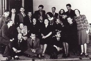 Darbo rūmų studija 1938–1940 m. 1-oje eilėje, iš kairės sėdi: dailininkas Liudas Vilimas, režisierius Juozas Miltinis, [?] Čaprackas, 2-oje eilėje: Gediminas Pauliukaitis, A. Česionytė, Janina Dulskytė, Jadvyga Matulytė, Teklė Grigaliūnaitė, Veronika Fakejevaitė, Elena Žilėnaitė, 3-oje eilėje: Vaclovas Blėdis, Balys Gudanavičius, Zigmas Lapinskas, Jonas Alekna, Eugenijus Jermolajevas, Zofija Vekrikaitė, V. Muraška, 4-oje eilėje: Kazimieras Vitkus, Vladas Kazakevičius, Veronika Ruminavičiūtė, Bronius Babkauskas. PAVB FKV-282/4
