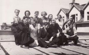 Ant Profsąjungų centro rūmų (buvę Darbo rūmai) teatro salės stogo, 1940 m. rugpjūčio 5 d. 1-oje eilėje, iš kairės: Kazimieras Vitkus, A. Česionytė, Bronius Babkauskas, Eugenijus Jermolajevas, Vaclovas Blėdis, 2-oje eilėje: Jonas Alekna, Janina Dulskytė, Vladas Kazakevičius, Veronika Fakejevaitė, Jadvyga Matulytė, Teklė Grigaliūnaitė, V. Muraška. PAVB FKV-282/1