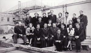 Aktorių kolektyvas prie senojo teatro. Priekyje sėdi Juozas Jučas. Apie 1953 m. PAVB FKV-440/1