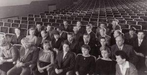 Aktoriai su režisieriumi Juozu Miltiniu (pirmoje eilėje) Senojo teatro salėje. 1960 m. PAVB FKV-440/5