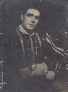 """Jonas Stasiūnas – Valentinas Ch. Gounod operoje """"Faustas"""". 1945 m. Aušros Stasiūnaitės asmeninis fotografijų archyvas"""