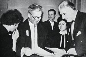 Svečiuose Panevėžio 1-ojoje vidurinėje mokykloje (vėliau Juozo Balčikonio gimnazija) – buvęs mokyklos gimnazistas, 1940 m. absolventas, Lietuvos operos dainininkas Jonas Stasiūnas. Iš kairės 2-as Mykolas Karka, dešinėje – Jonas Stasiūnas. 1964 m. Panevėžio Juozo Balčikonio gimnazijos muziejus