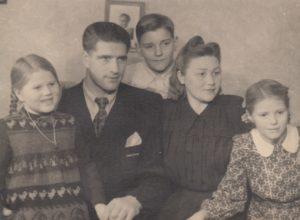 Jonas Stasiūnas su šeima: dukromis Jūrate ir Aldona, sūnumi Juru ir žmona Brone. 1951 m. Aušros Stasiūnaitės asmeninis fotografijų archyvas