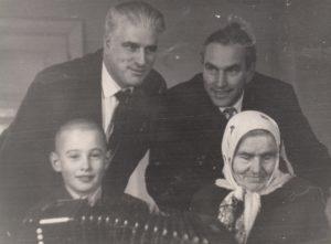 Jonas Stasiūnas su artimaisiais. 1-oje eilėje iš kairės: sūnėnas Augenijus Misevičius, motina Zuzana Dūdaitė-Stasiūnienė; 2-oje eilėje iš kairės: Jonas Stasiūnas su broliu Antanu. Aušros Stasiūnaitės asmeninis fotografijų archyvas
