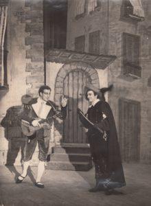 """Jonas Stasiūnas – Figaro G. Rossini operoje """"Sevilijos kirpėjas"""". 1945 m. Aušros Stasiūnaitės asmeninis fotografijų archyvas"""
