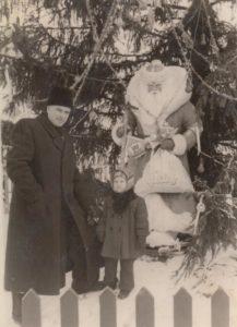 Jonas Stasiūnas su dukra Aušra prie naujametinės eglės Lenino aikštėje. Vilnius. Apie 1956 m. Aušros Stasiūnaitės asmeninis fotografijų archyvas