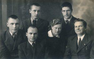 """Panevėžio moksleivių literatų būrelio """"Meno kuopa"""" valdyba. 1-oje eilėje iš kairės: Aleksandras Petkevičius, mokytojas Petras Juodelis, Marija Slavinskaitė, mokytojas Mykolas Karka; 2-oje eilėje iš kairės: Algirdas Kuzma, Jonas Stasiūnas. Fotogr. J. Žitkaus. Panevėžys. 1938 m. PAVB F12-3"""