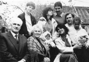 Jonas Stasiūnas su šeima (viena iš paskutiniųjų nuotraukų). 1987 m. Aušros Stasiūnaitės asmeninis fotografijų archyvas