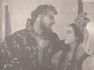 """Jonas Stasiūnas – Caras Borisas ir Irena Ylienė – Ksenija M. Mussorgsky operoje """"Borisas Godunovas"""". 1950 m. Aušros Stasiūnaitės asmeninis fotografijų archyvas"""