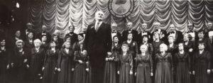 Jonas Stasiūnas veteranų mišraus choro ir šokių kolektyvo 20-mečio minėjime-koncerte. [Vilnius ?]. Aušros Stasiūnaitės asmeninis fotografijų archyvas