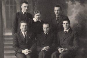 """Panevėžio moksleivių literatų būrelio """"Meno kuopa"""" valdybos nariai su kuopos globėjais mokytojais Mykolu Karka ir Petru Juodeliu. Iš kairės sėdi: Mykolas Karka, Petras Juodelis, Jonas Stasiūnas; stovi iš kairės: Aleksandras Petkevičius, Marija Slavinskaitė, Algirdas Kuzma. Fotogr. J. Žitkaus. 1938 m. Panevėžio kraštotyros muziejus, PKM 12592 F2094"""