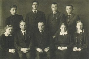 """Panevėžio moksleivių literatų būrelio """"Meno kuopa"""" valdybos nariai su kuopos globėjais mokytojais Mykolu Karka ir Petru Juodeliu. 1-oje eilėje iš kairės: 1-a Marija Slavinskaitė, 2-as Mykolas Karka, 3-ias Petras Juodelis, 4-a Juzė Stanevičiūtė, 5-a Pranė Aukštikalnytė (vėliau Jokimaitienė); 2-oje eilėje iš kairės: 1-as Vytautas Stukas (?), 2-as Jonas Stasiūnas, 3-ias Aleksandras Petkevičius, 4-as Algirdas Kuzma. Panevėžys. 1938 m. Aušros Stasiūnaitės asmeninis fotografijų archyvas"""