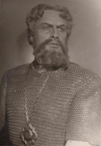"""Jonas Stasiūnas – Kunigaikštis Igoris A. Borodino operoje """"Kunigaikštis Igoris"""". 1954 m. Aušros Stasiūnaitės asmeninis fotografijų archyvas"""