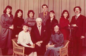 Jonas Stasiūnas su Lietuvos valstybinės konservatorijos solinio dainavimo katedros studentais. Vilnius. 1985 m. Aušros Stasiūnaitės asmeninis fotografijų archyvas