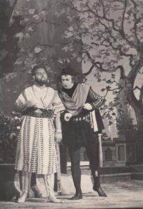 """Valentinas Adamkevičius – Otelas, Jonas Stasiūnas – Jagas G. Verdi operoje """"Otelas"""". 1955 m. Aušros Stasiūnaitės asmeninis fotografijų archyvas"""