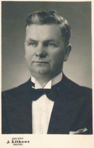 Vargoninkas, choro dirigentas, muzikos pedagogas, pirmasis Jono Stasiūno mokytojas Mykolas Karka. Fotogr. J. Žitkaus. Panevėžys. Apie 1940 m. PAVB F12-231
