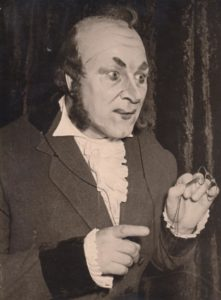 """Jonas Stasiūnas – Milordas F. Ober operoje """"Fra Diavolo"""". 1960 m. Aušros Stasiūnaitės asmeninis fotografijų archyvas"""