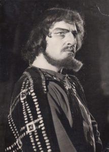 """Jonas Stasiūnas – Hercogas Monforas G. Verdi operoje """"Sicilijos mišparai"""". 1961 m. Aušros Stasiūnaitės asmeninis fotografijų archyvas"""