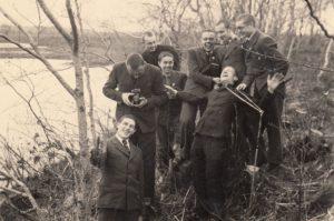 Panevėžio valstybinės gimnazijos moksleivių grupė Piniavoje. Priekyje stovi Jonas Stasiūnas, už jo su fotoaparatu – Aleksandras Petkevičius, viršuje iš dešinės 2-as – Vytautas Daunoras, iš kairės 1-as – Algirdas Kuzma, šalia jo – Kanišauskas. 1939 m. gegužės 4 d. Panevėžio kraštotyros muziejus, PKM 23460 F5410