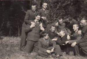 Panevėžio valstybinės gimnazijos moksleivių grupė Piniavos miške. Kairėje klūpo Jonas Stasiūnas, iš dešinės antras – Vytautas Daunoras, viduryje sėdi Algirdas Kuzma. 1939 m. gegužės 4 d. Panevėžio kraštotyros muziejus, PKM 23471 F5391