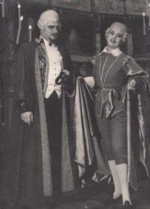 """Jonas Stasiūnas – Grafas Rene Ankarstenas G. Verdi operoje """"Kaukių balius"""". 1967 m. Aušros Stasiūnaitės asmeninis fotografijų archyvas"""