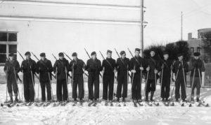 Panevėžio valstybinės gimnazijos moksleiviai šauliai. Iš dešinės 4-as – Jonas Stasiūnas. Apie 1939 m. Aušros Stasiūnaitės asmeninis fotografijų archyvas