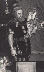 """Jonas Stasiūnas – Margiris V. Klovos operoje """"Pilėnai"""". Po pasirodymo atlikėjas sveikinamas 50-mečio proga. 1969 m. Aušros Stasiūnaitės asmeninis fotografijų archyvas"""