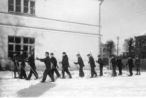 Panevėžio valstybinės gimnazijos moksleiviai šauliai. Iš dešinės 8-as – Jonas Stasiūnas. Apie 1939 m. Aušros Stasiūnaitės asmeninis fotografijų archyvas