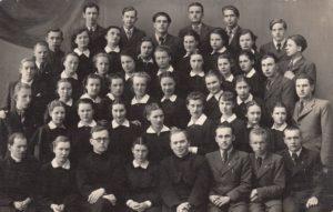 Panevėžio valstybinės gimnazijos 8-os klasės ateitininkai su dvasios vadovais. 1-oje eilėje iš kairės: 1-as kun. Alfonsas Sušinskas, 3-ias kun. Adolfas Stašys, 5-as kun. Juozapas Ruškys. 2-oje eilėje iš kairės: 5-a Ona Kiaulėnaitė, viršutinėje eilėje iš kairės: 3-ias Jonas Stasiūnas, 5-as Kazimieras Naruševičius. 1940 m. Panevėžio kraštotyros muziejus, PKM 27602 F8604
