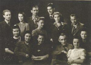 Petro Olekos dainavimo klasės studentai su profesoriumi ir koncertmeistere Marija Alšlebėnaite. 1945 m. Aušros Stasiūnaitės asmeninis fotografijų archyvas