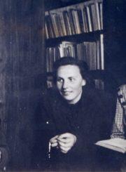 Panevėžio miesto 1-osios masinės bibliotekos darbuotojos. Iš kairės: skaityklos vedėja Kotryna Dičkienė, bibliotekos vedėja Monika Marmokaitė. 1949.04.02. Panevėžio apskrities G. Petkevičaitės-Bitės viešoji biblioteka, PAVB F22