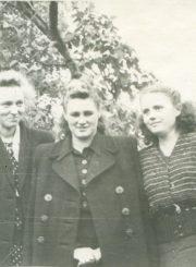 Panevėžio miesto 1-osios masinės bibliotekos darbuotojos. Iš kairės: G. Markevičiūtė, bibliotekos vedėja Kotryna Dičkienė, Regina Algė Gudavičiūtė. Panevėžys. 1952 m. Panevėžio apskrities G. Petkevičaitės-Bitės viešoji biblioteka, PAVB F22