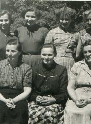 Panevėžio miesto 1-osios masinės bibliotekos darbuotojos su studentėmis praktikantėmis. 1-oje eilėje iš kairės: 1-a Vanda Paškauskienė, 2-a Pranė Kalpokienė, 4-a Kotryna Dičkienė, 5-a Valerija Kučinskaitė. Panevėžys. 1956 m. Panevėžio apskrities G. Petkevičaitės-Bitės viešoji biblioteka, PAVB F22