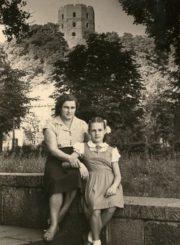 Kotryna Dičkienė su dukra Janina prie Gedimino pilies studijų Vilniaus universitete metais. Vilnius. Apie 1958 m. Nuotrauka iš Janinos Dičkutės-Gagilienės asmeninio archyvo