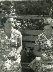Panevėžio miesto 1-osios masinės bibliotekos vedėja Kotryna Dičkienė ir Vaikų bibliotekos vedėja Pranė Kalpokienė Palangoje. 1962.08.05. Panevėžio apskrities G. Petkevičaitės-Bitės viešoji biblioteka, PAVB F22